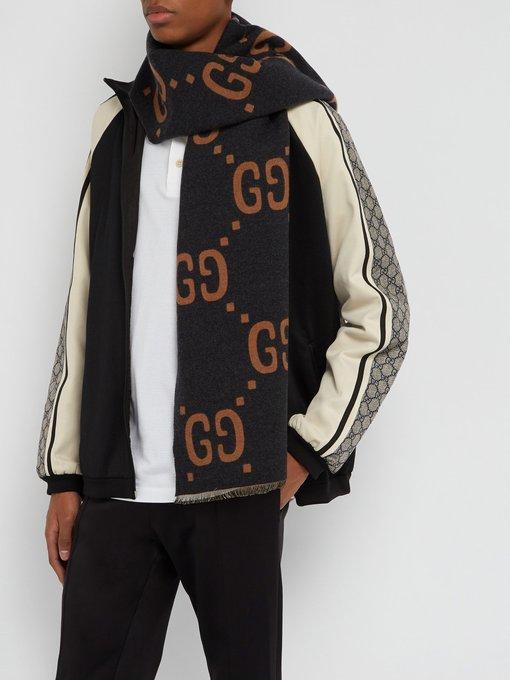 7b70bc7f847 Gucci Écharpe en laine mélangée à jacquard logo GG. outfit 1238429